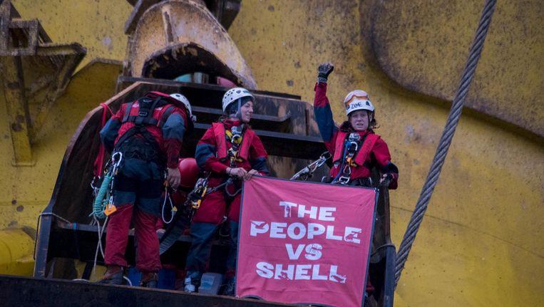 Activisten van Greenpeace op het boorplatform van Shell. Beeld GREENPEACE