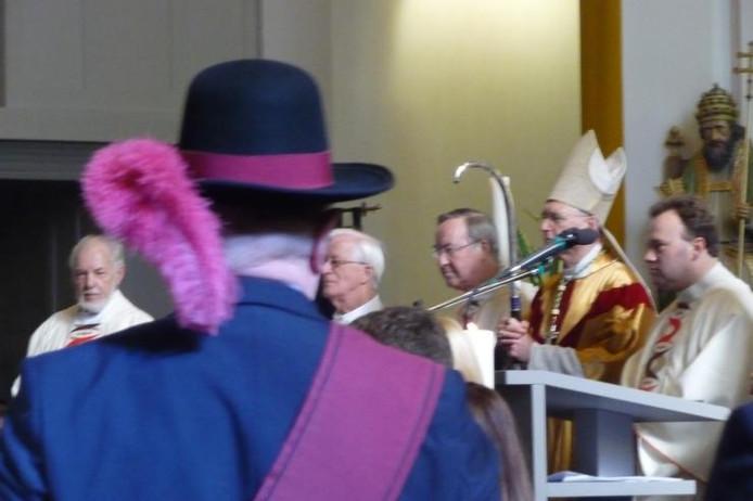 Bisschop Anton Hurkmans, net achter de microfoon, tijdens de hoogmis in Boxtel foto Marcel Linssen/BD