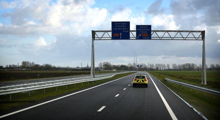 Een auto van Rijkswaterstaat rijdt over de Haak, de rondweg van Leeuwarden, bij de opening eind 2014 Beeld anp