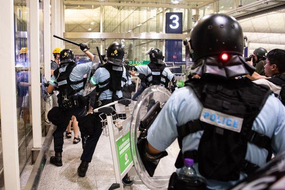 Politie clasht met betogers op de luchthaven van Hongkong.