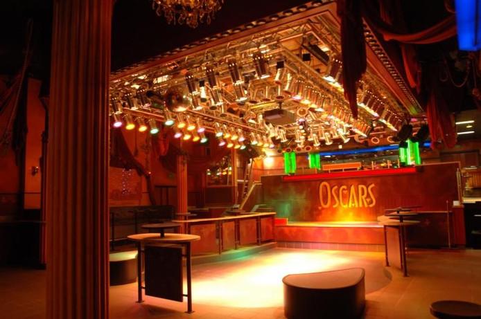 Arnoud Kastelijns wil discotheek Oscars in Raamsdonksveer weer openen. De uitgaansgelegenheid staat er nog precies zo bij als bij de sluiting, acht jaar geleden. foto Ron Magielse/het fotoburo