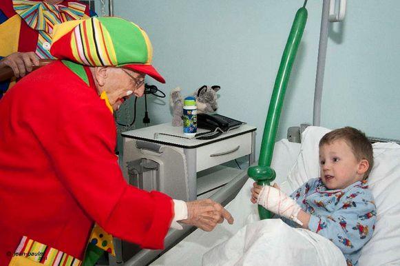 Voor haar 104de verjaardag maakte de oudste Limburger de allerjongsten blij.