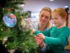 Boom vol boodschappen met kerstgedachten