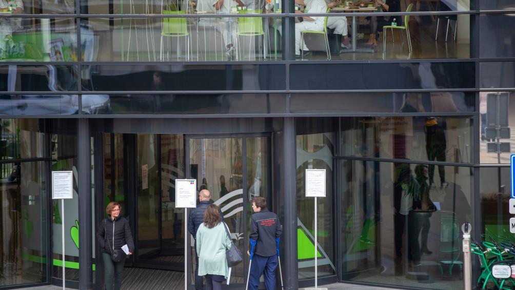 LIVE | Veel zieken na concert Veldhuis en Kemper in Elst, eerste coronapatiënten verlaten ziekenhuis in Ede