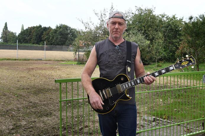 Henk Klaassen van The Juveniles op de plek waar tot voor kort de repetitieruimte was.