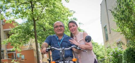 Om Lisa te helpen fietst Aziz op zijn driewieler van Almelo naar Den Haag