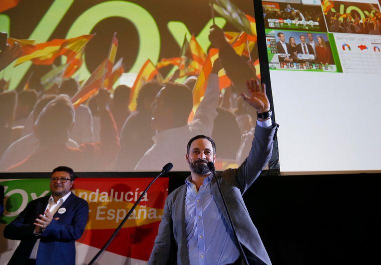 Partijleider van VOX Santiago Abascal viert de overwinning. Beeld null