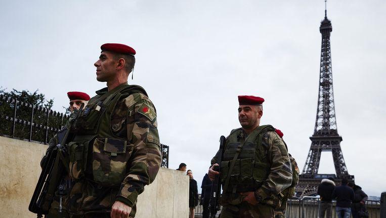 Militairen bewaken het gebied rond de Eiffeltoren. Beeld anp