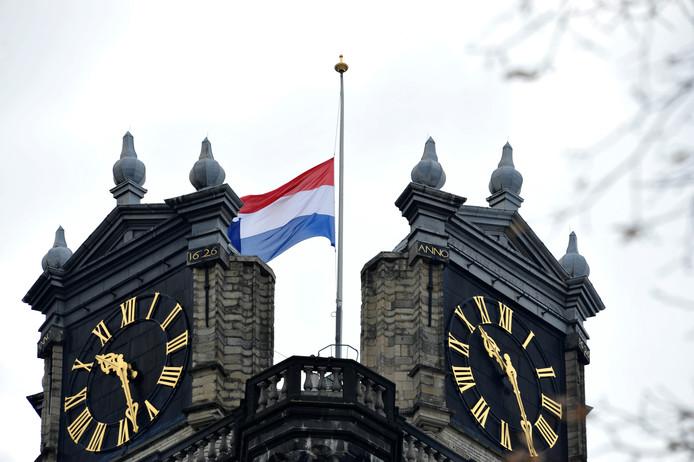 De vlag bovenop de Grote Kerk in Dordrecht hangt halfstok. Mark Rutte heeft voor vandaag de vlaginstructie ingesteld vanwege de schietpartij in Utrecht.