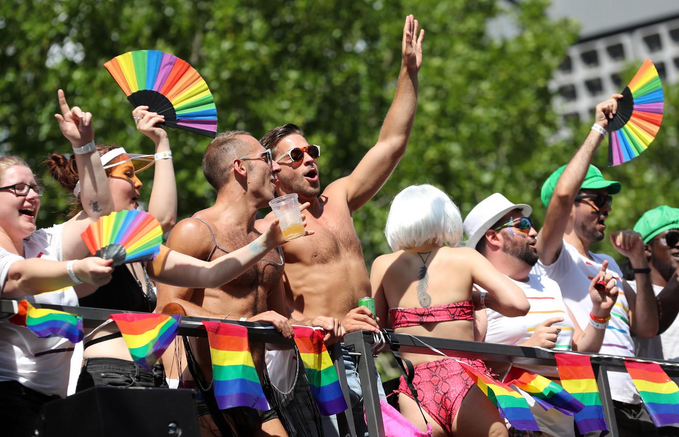 Dansende mensen tijdens de Pride in Berlijn.