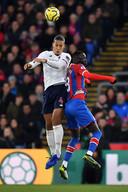 Virgil van Dijk wint een kopduel van Crystal Palace middenvelder Cheikhou Kouyate.