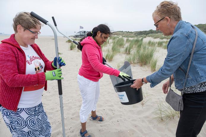 Edmee Verwest en Bianca Door van Gors steken met begeleidster Netty Stouten de handen uit de mouwen