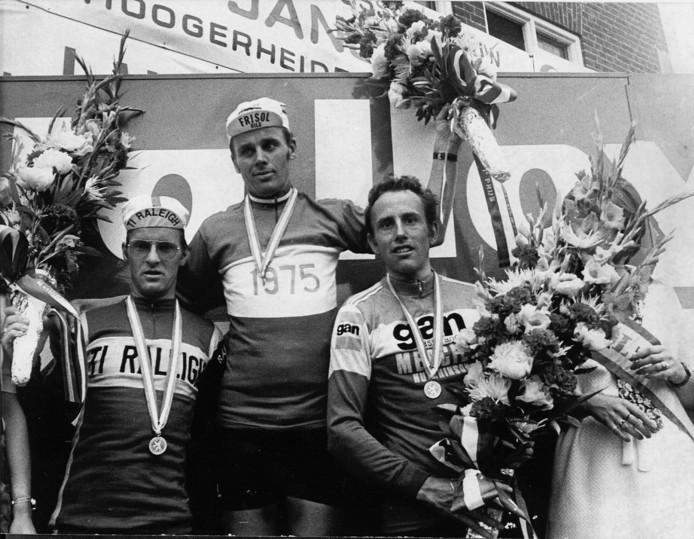 Het Nederlands profkampioenschap wielrennen in Hoogerheide in 1975. Tijdens de huldigingsceremonie vlnr: Bert Pronk, Hennie Kuiper, Joop Zoetemelk.