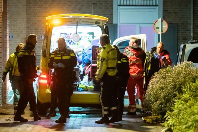 De hulpdiensten ontfermen zich over de gewonde man in Houten.