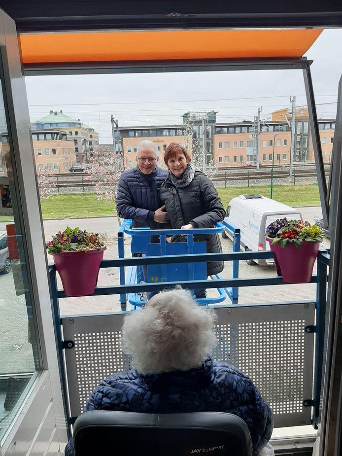 Steeds meer familieleden huren een hoogwerker in om hun (groot)ouders te kunnen zien. Zo ook Petra Verkerk uit Houten.