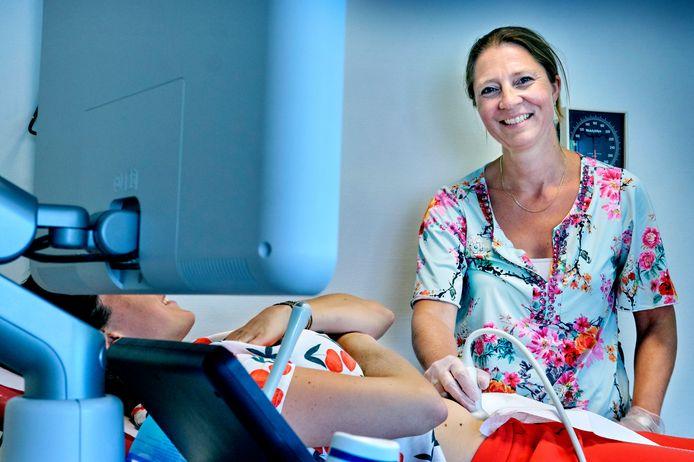 Verloskundige Rianne van Utrecht zag veel paniek bij zwangeren in de eerste weken van de coronacrisis.