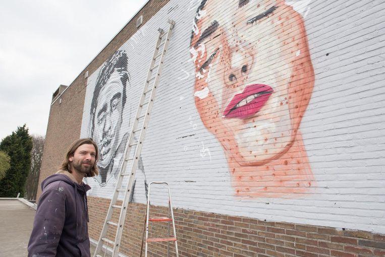 """Graffiti-kunstenaar Pete One bij zijn kunstwerk: """"Je krijgt niet altijd de kans om zo'n grote oppervlakte te bewerken."""""""