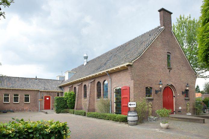 De oude Nederlands-hervormde kerk aan de Wilhelminaweg in Dieren. Hier wordt volgende maand de enige Nederlandse winkel voor cellisten geopend.