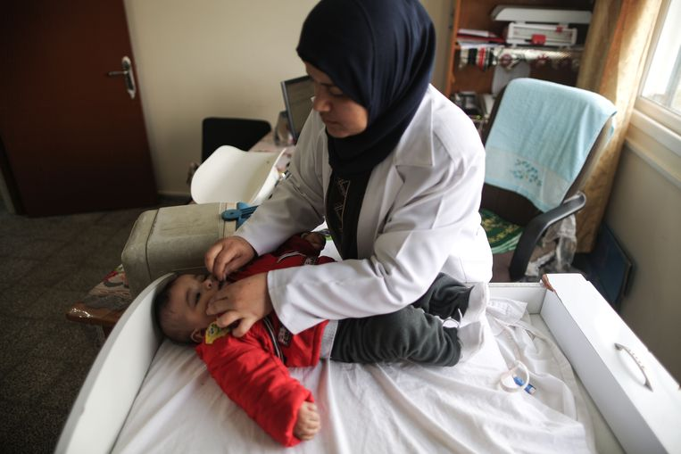 Een Palestijnse arts aan de slag in een ziekenhuis van UNRWA in het al-Nusirat-vluchtelingenkamp in de Gazastrook.