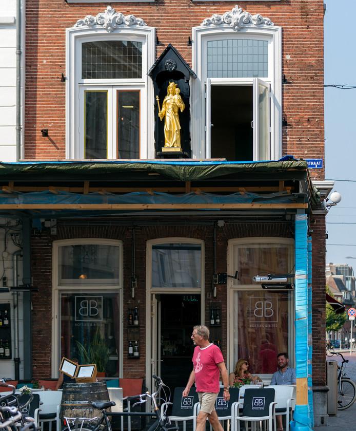 Nederland,  Den Bosch, het goudkleurige mariabeeld in de Korenbrugstraat