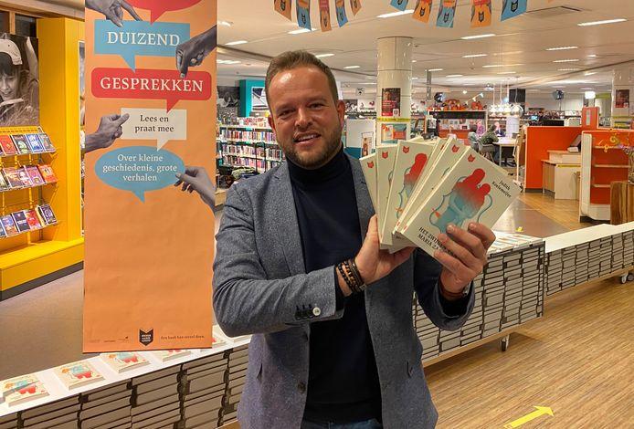 De boeken die de bibliotheek heeft overgehouden na een halve maand Nederland Leest, krijgen klanten in de horeca in Salland cadeau.