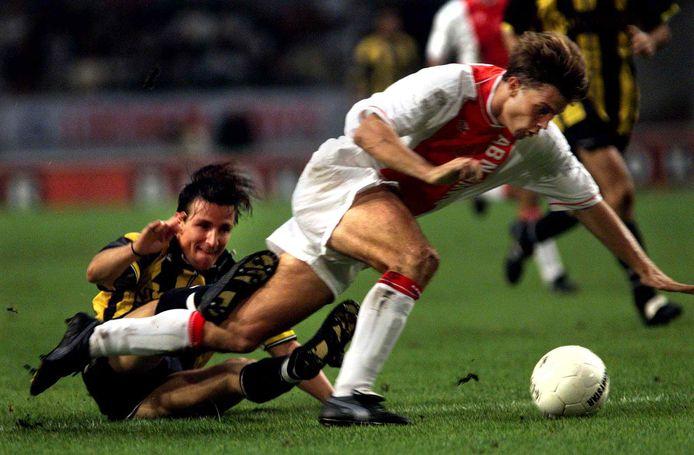NEDERLAND; AMSTERDAM;24-09-1999 AMSTRDAM, ARENA: Brian Laudrup passeert Marc van Hintum tijdens de wedstrijd Ajax - Vitesse. Ajax zou de wedstrijd met 3-1 winnen. FOTO: PIM RAS Dagblad: Algemeen Dagblad Datumkrant: 25-09-1999 Lokatie: SPORT PAGINA 29 Kolom: 5 KLEUR Persoon: BRIAN LAUDRUP (rechts) MARC VAN HINTUM Functie: VOETBALLER Eigennaam: AJAX, VITESSE Evenement: KOMPETITIE WEDSTRIJD AJAX-VITESSE SEIZOEN 1999-2000 Code: P3 461.56 AJAX Eigenaar: Dagbladunie ;PERSOON, Phrasea Bestand: -1273713724 - 966958-0-161
