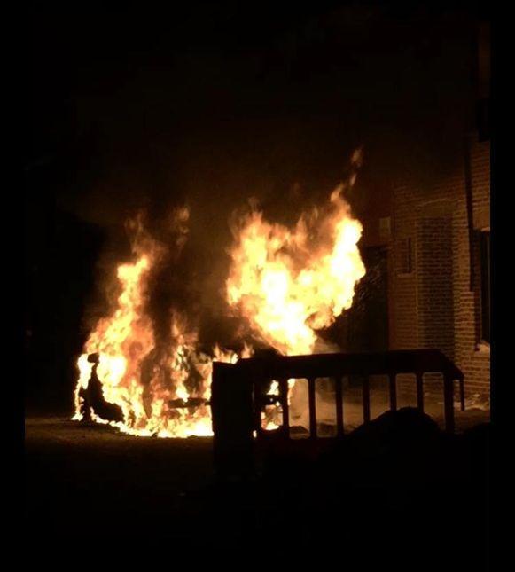 De wagen brandde volledig uit.