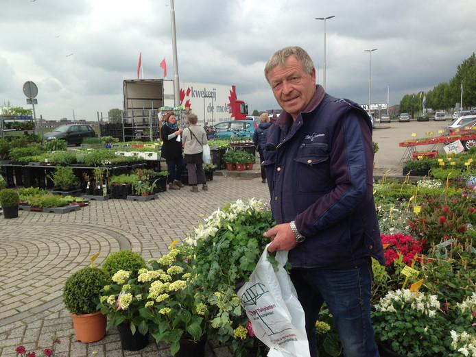'Theo Tuinplanten' op de tijdelijke markt aan de Nieuwe Havenweg. ,,Volgend jaar sta ik graag met meer collega's.''