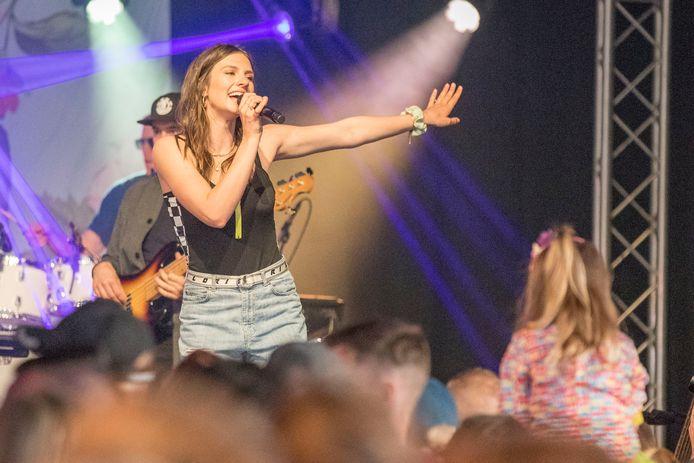 Foto ter illustratie: zangeres Maan tijdens een optreden.