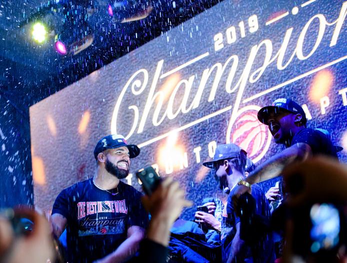 Rapper Drake viert de titel van zijn favoriete Raptors op Jurassic Park, naast de Scotiabank Arena in Toronto.