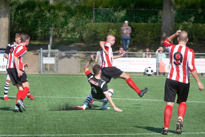 Beeld uit de bekerwedstrijd tussen SML en Arnhemse Boys.