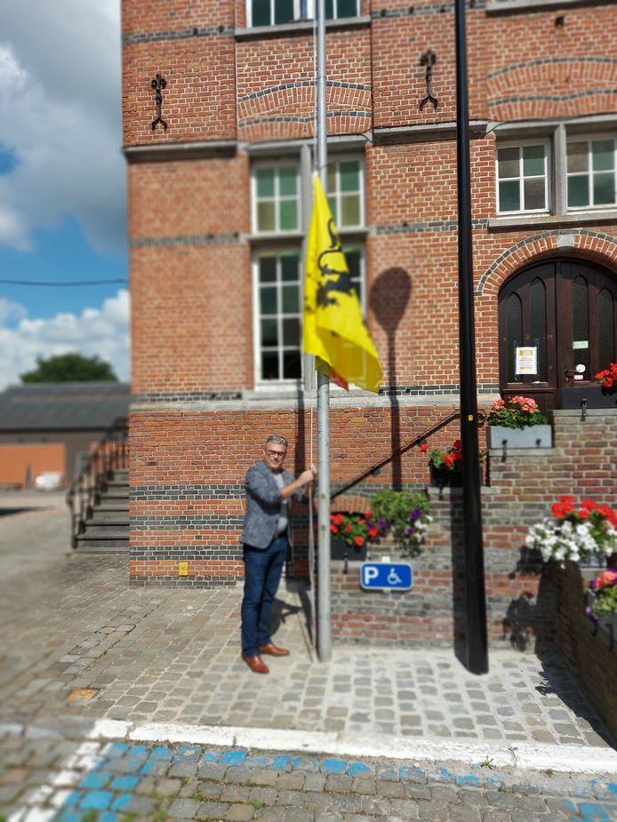 Dieter Verscheure (N-VA) zorgde dat er zeker een Vlaamse Leeuw hing aan het gemeentehuis.