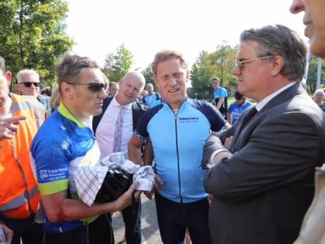 Burgemeester Van der Meijden van Laarbeek breekt sleutelbeen en pols bij val