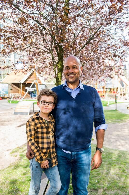"""Het speelplein is dichtbij, maar niet te zien vanuit jullie huis. Mag Elijah (4) in zijn uppie? Vader Melvin Brandflu (50): ,,Ik zou altijd eerst kijken wie er op dat pleintje zijn."""""""