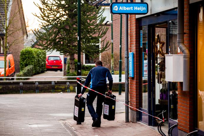 Een geldloper heeft net de pinautomaat bij de Albert Heijn in Leersum geleegd, nadat hier eind 2017 een plofkraak mislukte.