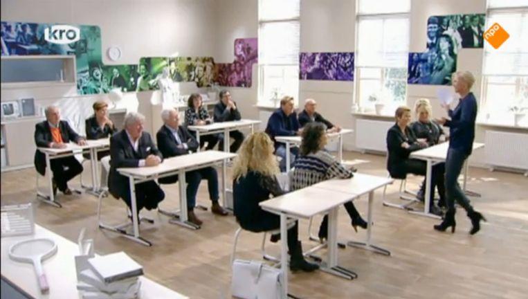 De KRO vierde negentig jaar KRO met een bedrijfsfeestje in het decor van De reünie Beeld Screenshot NPO
