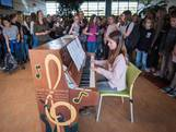 Een piano voor iedereen in aula van middelbare school