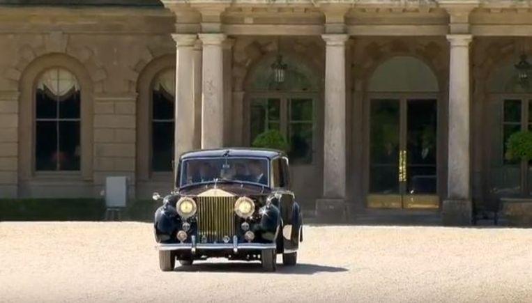 Meghan is onderweg naar het huwelijk in een Bentley van de Queen.