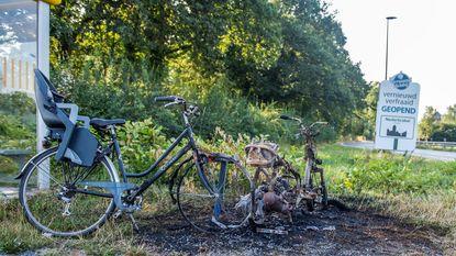 Vandalen steken bromfiets en fiets in de fik