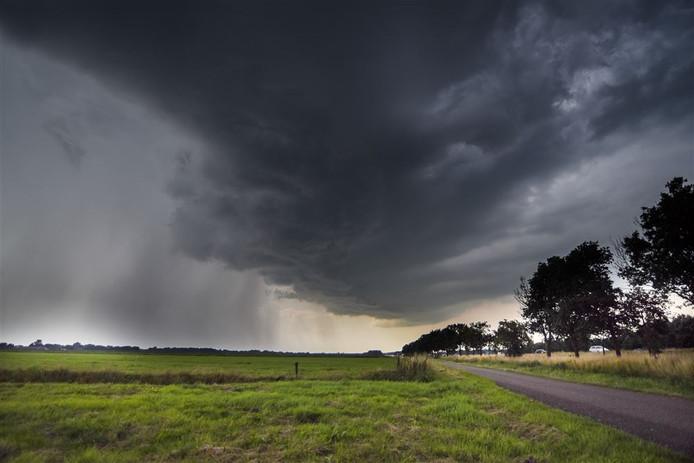 Een onweersbui die over Genemuiden trekt.