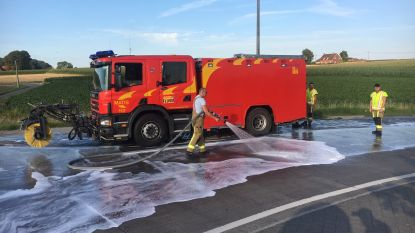 Brandweer ruimt mazoutspoor aan rotonde in Zwevegem-Knokke