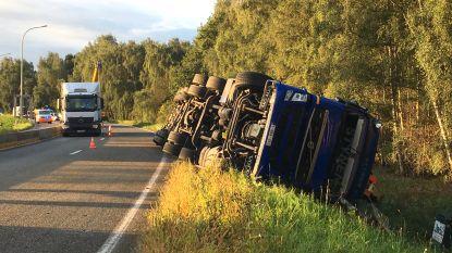 Vrachtwagen belandt in gracht op R6