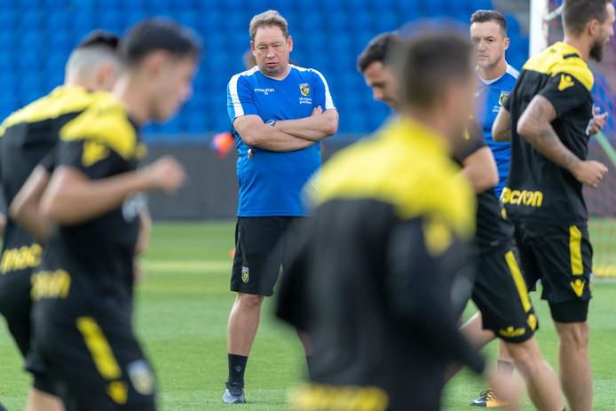 Leonid Sloetski (midden, blauwe shirt) in de voorbereiding van het vorige seizoen van Vitesse. De Rus prepareert de spelersgroep voor de Europese wedstrijd tegen FC Basel.