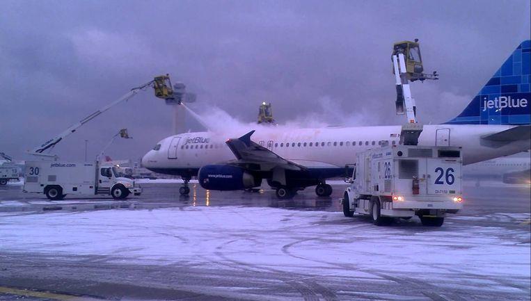 Vliegtuigen moeten ijsvrij gemaakt worden omwille van de veiligheid.