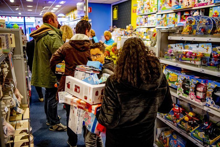 Opheffingsuitverkoop bij een filiaal van Intertoys in maart dit jaar. De speelgoedketen ging eind februari failliet, maar maakte toen met behulp van de Portugese investeerder Green Swan een doorstart. Beeld Robin Utrecht / ANP