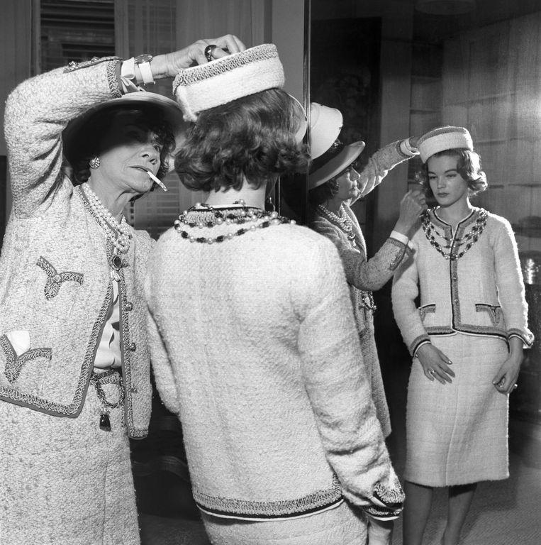 Coco Chanel (links) in een van haar kraagloze jasjes. Beeld getty