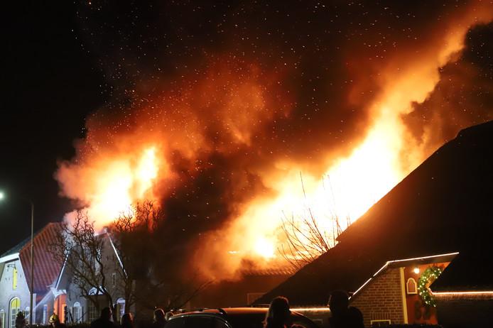 De vlammen sloegen dinsdagavond uit het dak van de grote boerenschuur.