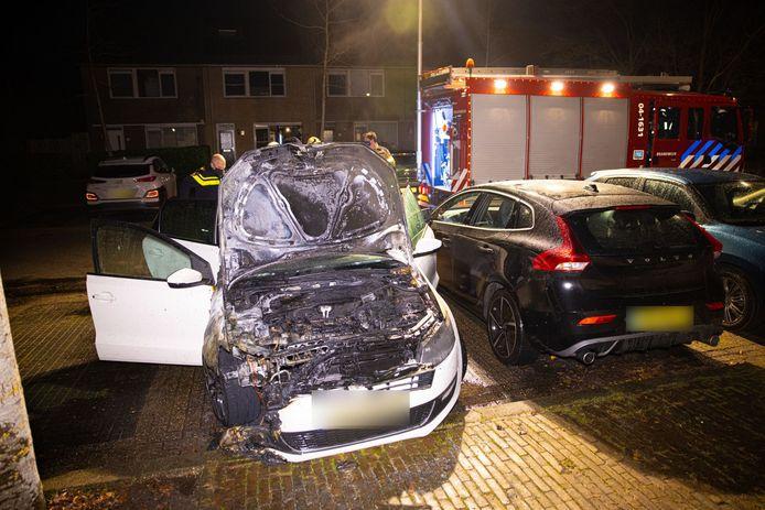 De tweede autobrand aan de Morra in Zwolle vond op circa 25 meter van de andere autobrand plaats.