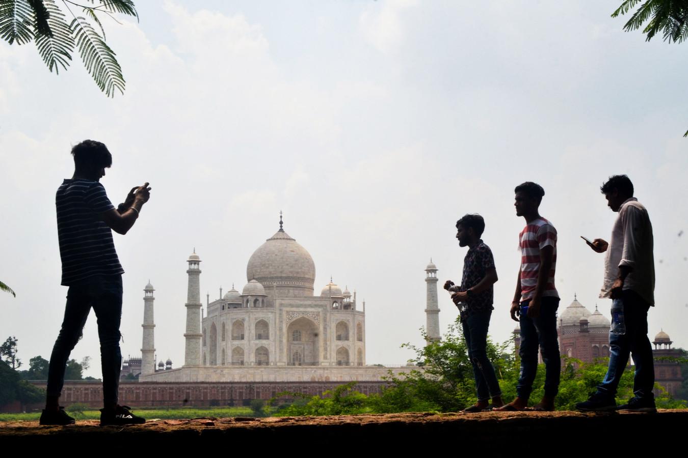 Mensen nemen foto's van de Taj Mahal in Agra.