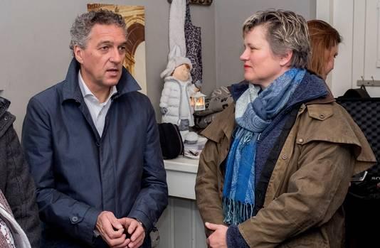 Hans Teunissen, tijdens een werkbezoek als gedeputeerde in Milsbeek. Wat hij toen nog niet wist: de vrouw rechts wordt een collega. Dat is namelijk huidig wethouder Janine van Hulsteijn.